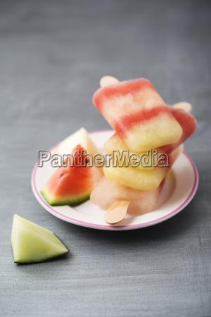 plato con pila de diferentes polos