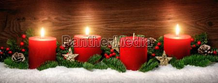 decoracion de adviento con tres llamas