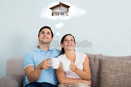 pareja sonyando con tener futuro hogar