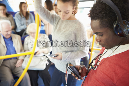 pasajeros que utilizan dispositivos moviles en