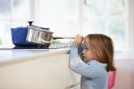 joven ninya riesgo accidente cacerola cocina
