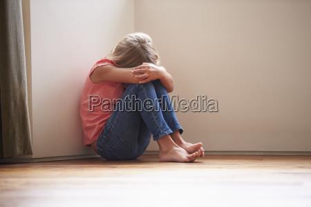 infeliz ninyo sentado en el suelo