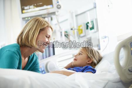 madre hablando con hija en unidad
