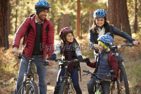 familia hispana en bicis en un
