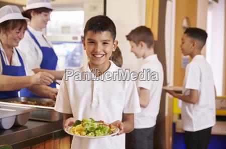 el colegial hispano tiene un plato