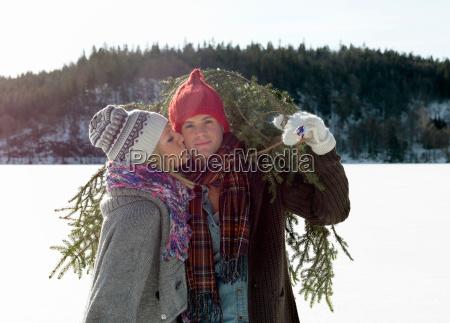 casal com arvore de natal