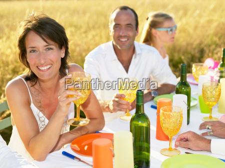 mujer vidrio vaso risilla sonrisas comida