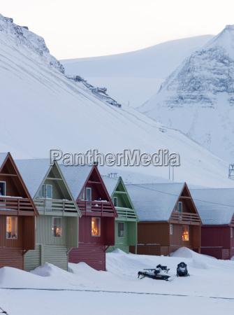 las casas coloridas alinean las calles