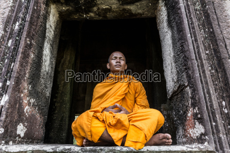 religion templo ventana masculino descalzo al
