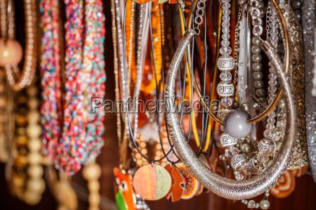 joyas tradicionales coloridas