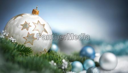 arreglo de bolas de navidad en