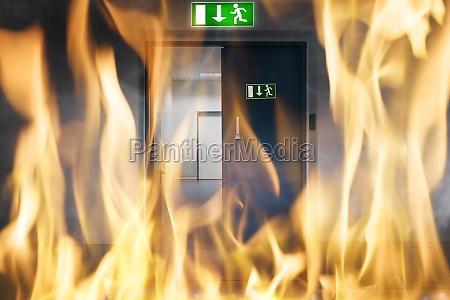 puerta emergencia fuego salida quemar evacuacion
