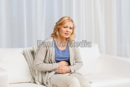 mujer infeliz que sufre de dolor