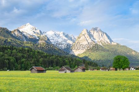 paisaje sereno bavaro con montanyas nevadas