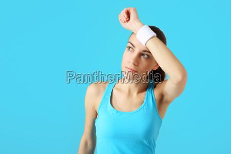 hermosa mujer deportiva rascador sudor de