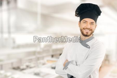 feliz cocinero sonriente de pie en