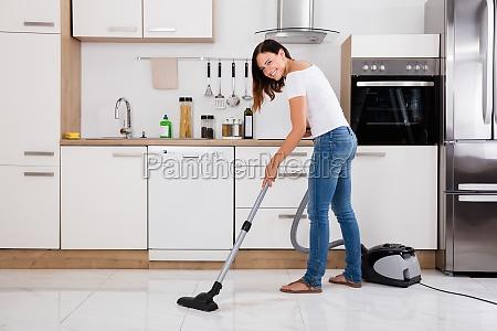 mujer que usa un aspirador para