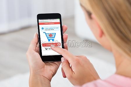 mujer comprando en linea usando el