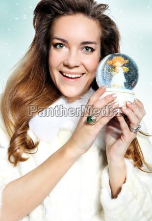 mujer alegre de la navidad en