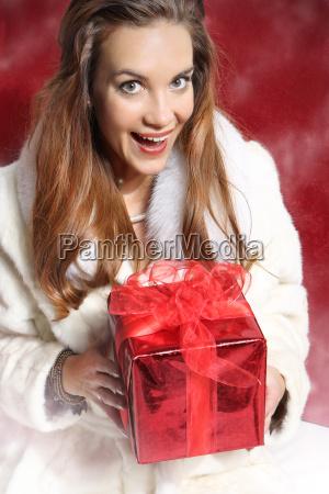 hermosa mujer elegante con regalo rojo