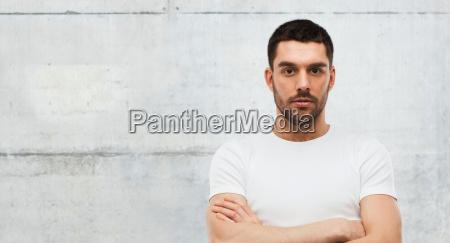 hombre joven con los brazos cruzados