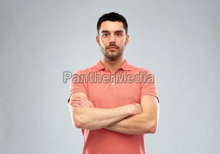 hombre joven con brazos cruzados sobre