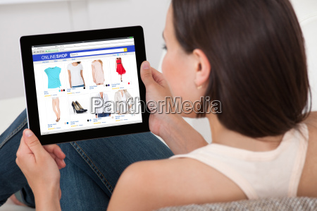 mujer sosteniendo tableta digital con pantalla