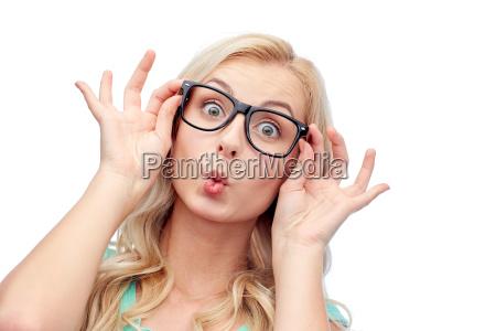 mujer, joven, feliz, en, gafas, haciendo - 19937922