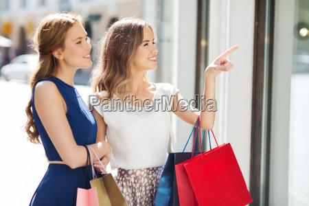 mujeres felices con bolsas de compras