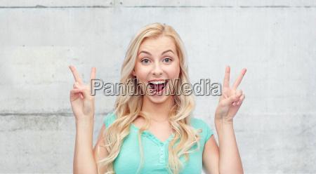 sonriendo joven o adolescente mostrando paz