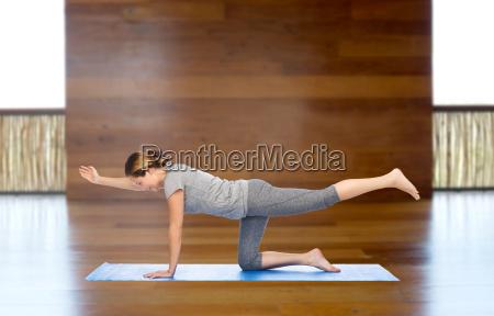 mujer haciendo yoga en mesa de