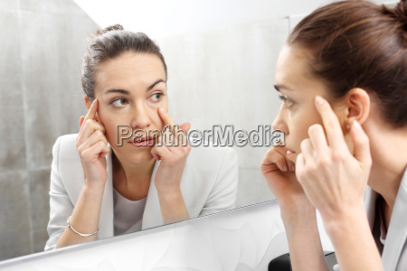 espejo la mujer mira en el