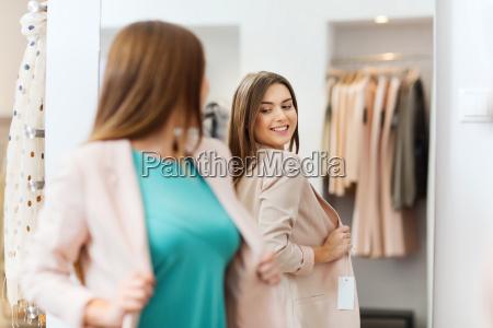 mujer feliz posando en espejo en