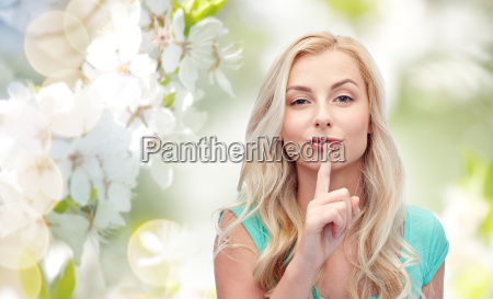 hermosa mujer joven sosteniendo el dedo