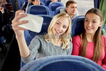 mujeres tomando selfie por telefono inteligente