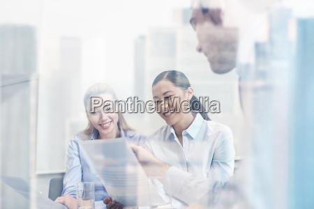 grupo sonriente businesspeople reunion oficina