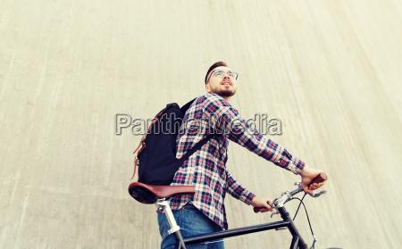 hombre hipster con bicicleta de engranaje