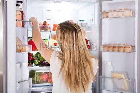 mujer mirando la comida en el