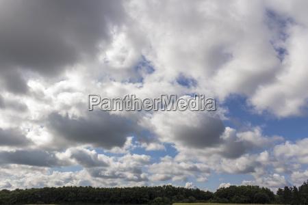 verano veraniego nublado variable aflojar cielo