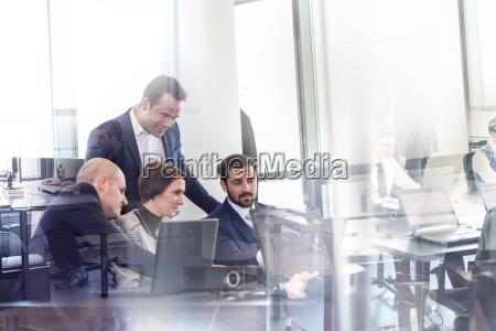 equipo de negocios trabajando en oficina
