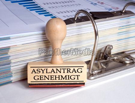 solicitud de asilo aprueba sello en