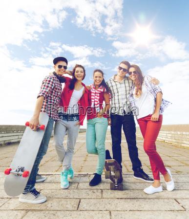 adolescentes con patines afuera