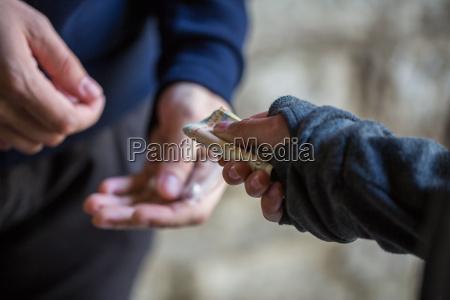 mujer personas gente hombre mano vender