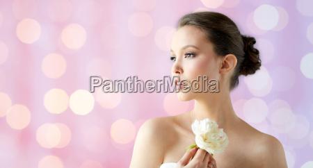 hermosa mujer asiatica con flores y