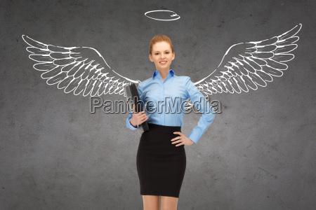 mujer de negocios feliz con alas