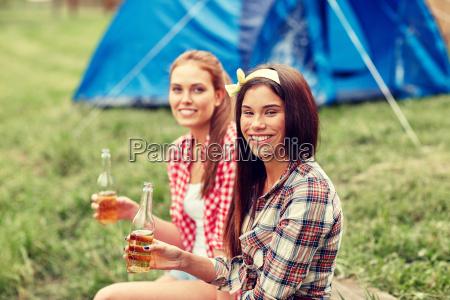 mujeres jovenes felices con tiendas de