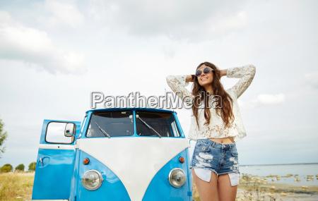 sonriendo joven mujer hippie en minivan