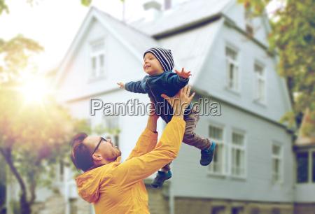 padre con hijo jugando y divirtiendose
