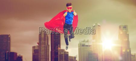 ninyo en capa de superheroe y