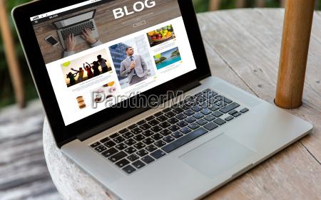 ordenador portatil con la pagina web